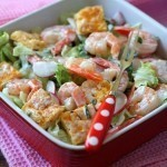 Как сделать салат с креветками, омлетом и кедровыми орешками?