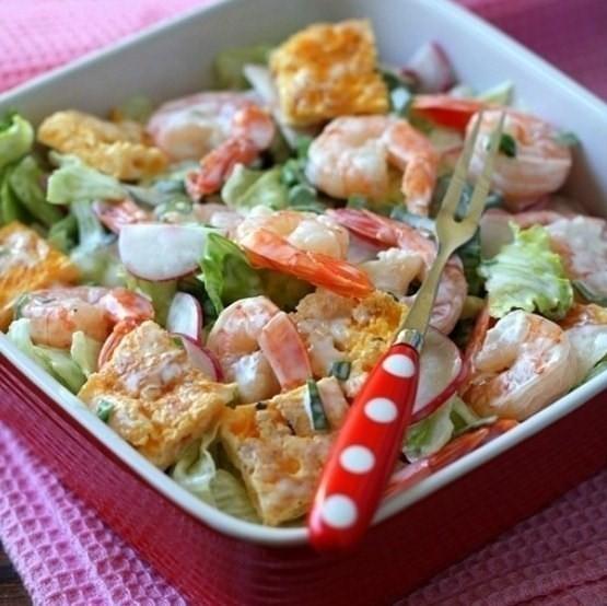 теплый салат с креветками, омлетом и кедровыми орешками