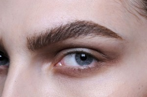 приемы макияжа для нависших век