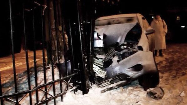 Jeep вылетел с дороги и пробил забор