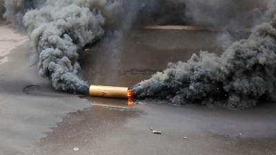 мужчина ворвался в кафе с дымовой шашкой