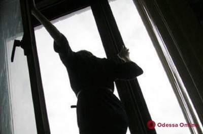 девушка выпала из окна пятиэтажки